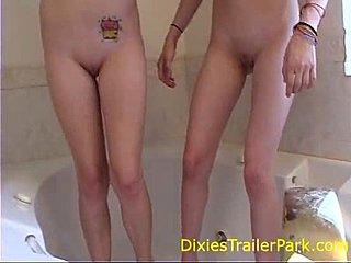madchen masturbiert mit beine nackt